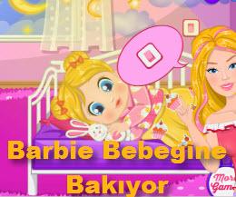 Barbie Bebeğine Bakıyor
