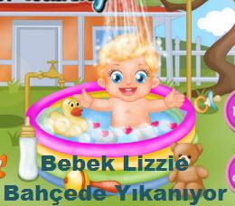 Bebek Lizzie Bahçede Yıkanıyor